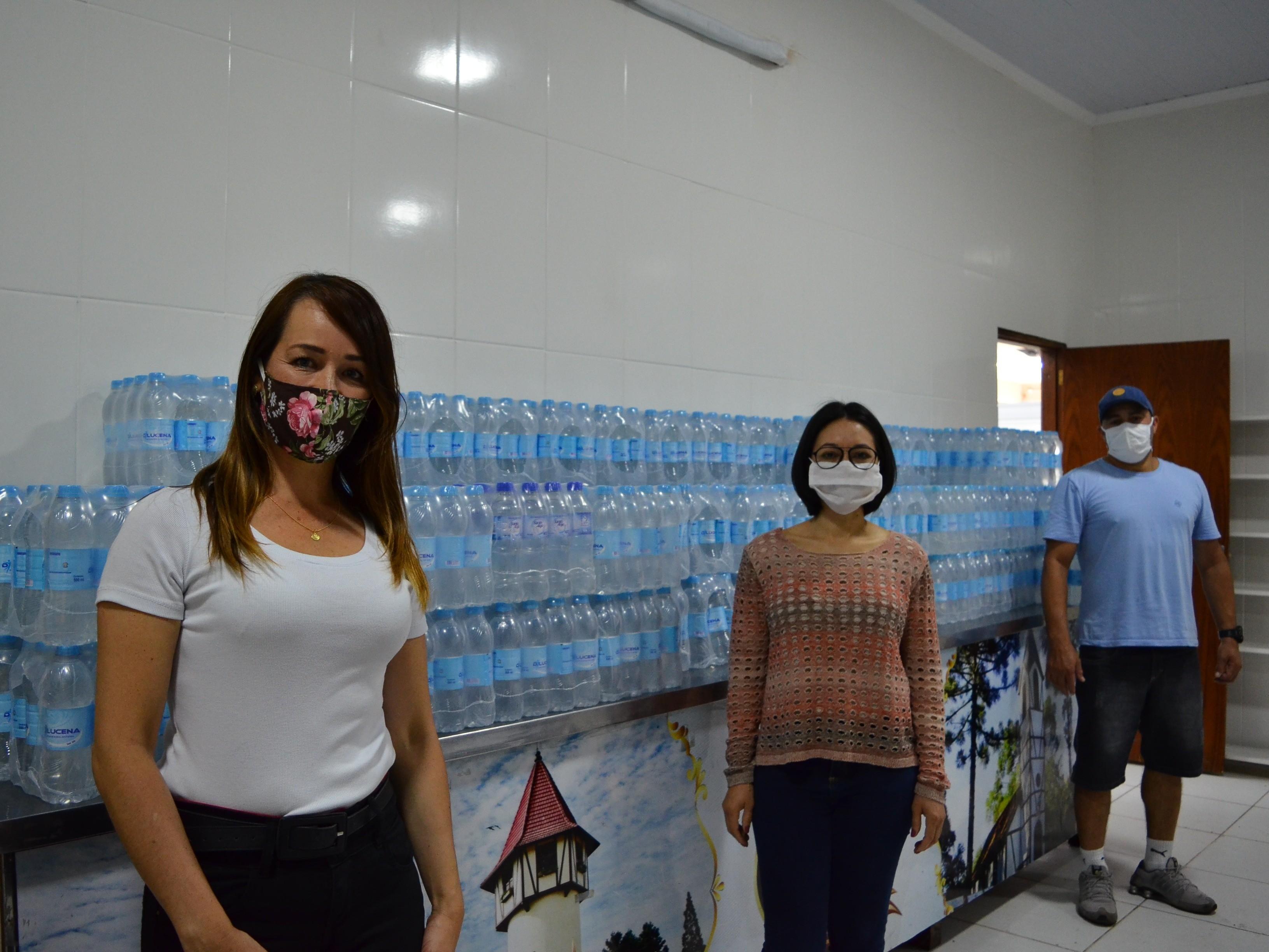 Foto de capa da notícia: Comunidade doa 1.440 garrafas de água mineral para Ambulatório de Campanha