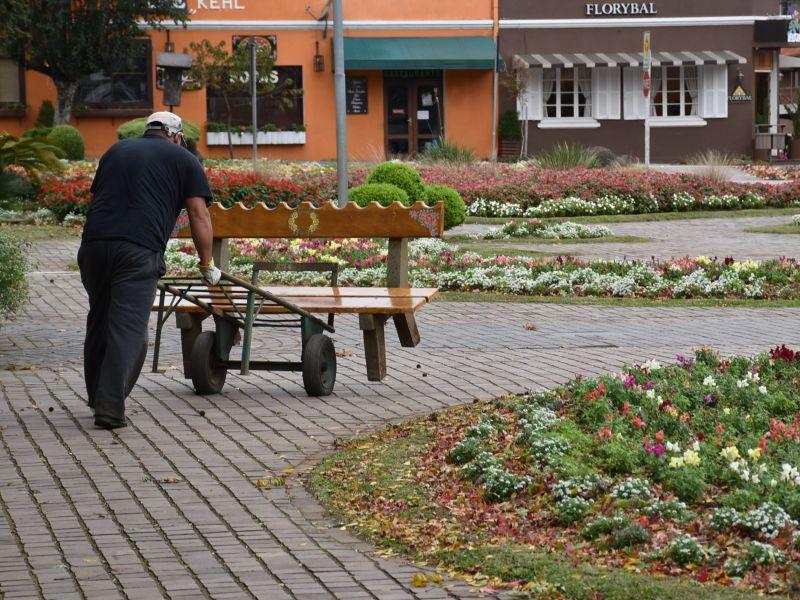 Foto de capa da notícia: Secretaria de Turismo remove bancos da Praça das Flores
