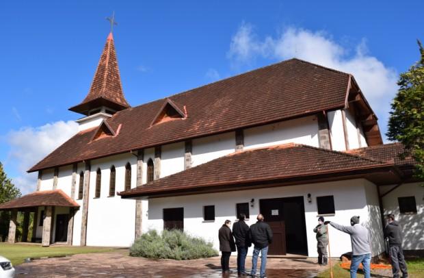 Foto de capa da notícia: Administração Municipal realiza melhorias na capela mortuária e no Cemitério Parque Vale da Esperança
