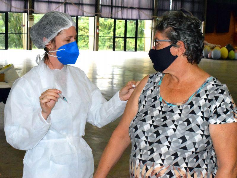 Foto de capa da notícia: Vacinação no Centro de Eventos atende 370 idosos de 66 anos ou mais