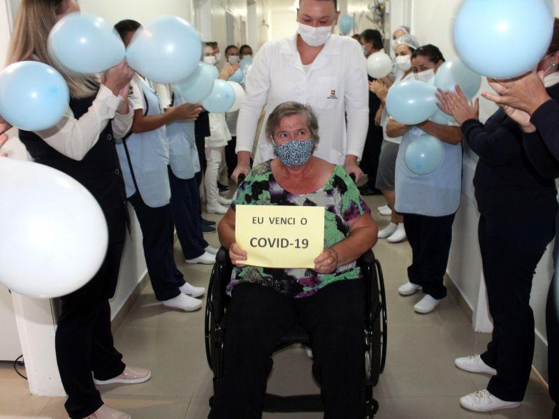 Foto de capa da notícia: Hospital Nova Petrópolis comemora alta de paciente que estava intubada e se recuperou sem ir para a UTI