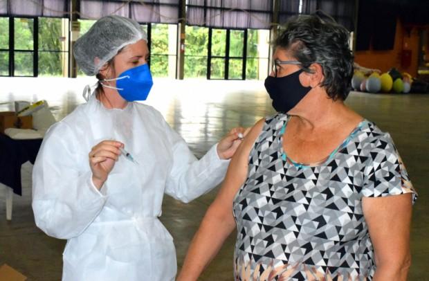 Foto de capa da notícia: Idosos de 65 anos ou mais recebem a vacina contra a Covid-19 neste dia 6