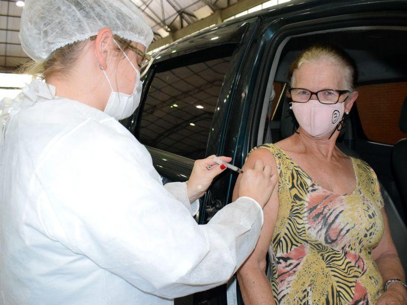 Foto de capa da notícia: Drive-thru leva a vacina a 220 idosos no Centro de Eventos
