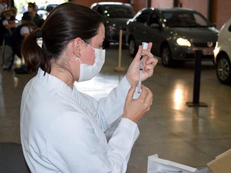 Foto de capa da notícia: Idosos vacinados com a Coronavac de 12 a 15 de março recebem a segunda dose neste dia 9