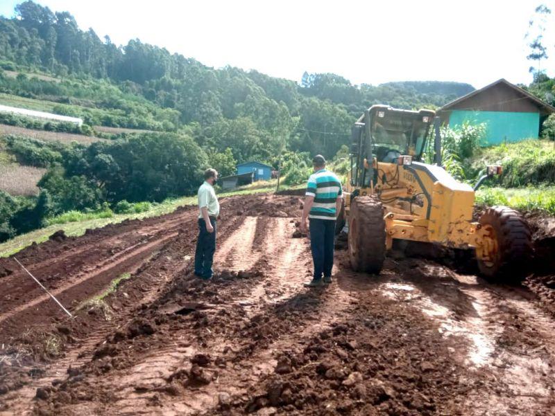 Foto de capa da notícia: Secretaria da Agricultura auxilia na construção de estufa para morangos