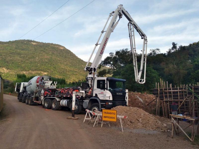 Foto de capa da notícia: Prefeitura realiza a concretagem da ponte nova em Linha Pirajá