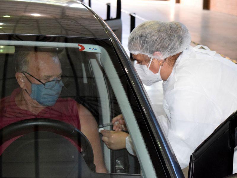 Foto de capa da notícia: Mais 205 idosos recebem a segunda dose da Coronavac no Centro de Eventos