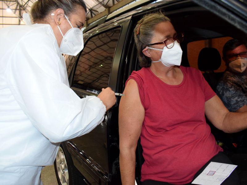 Foto de capa da notícia: Pessoas de 62 anos recebem a vacina na tarde desta terça-feira, 20 de abril