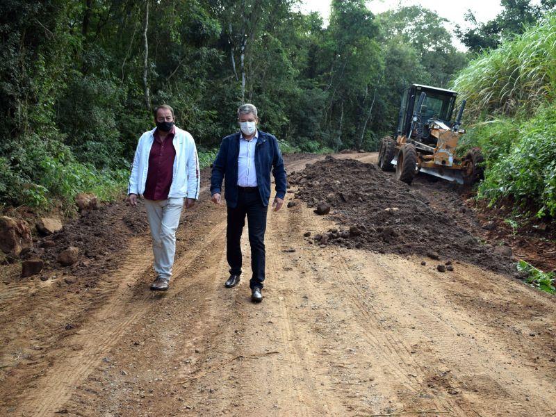 Foto de capa da notícia: Prefeito e secretário conferem melhorias na estrada de Arroio Paixão