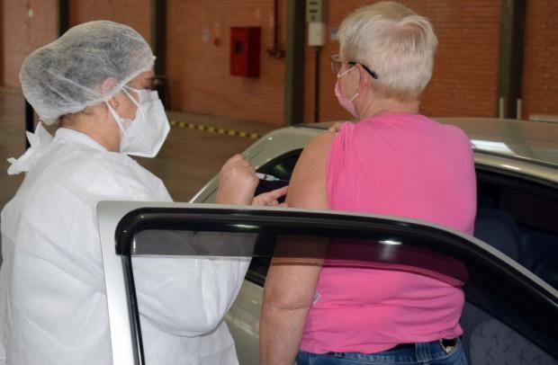 Foto de capa da notícia: Drive thru para a vacinação de idosos tem 63 participações