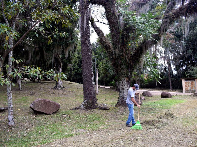 Foto de capa da notícia: Equipe de roçadas da Secretaria de Obras atua no Bairro Piá