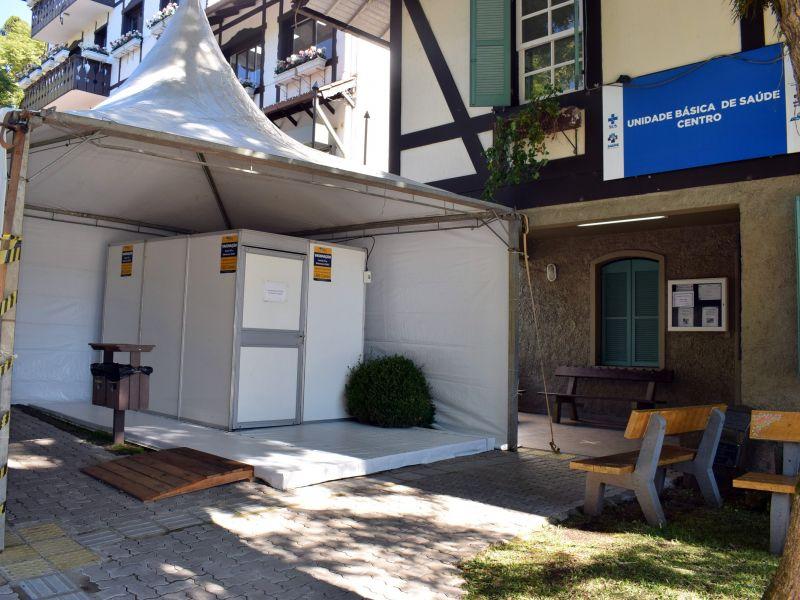 Foto de capa da notícia: Tenda é instalada para dar suporte à vacinação na UBS Centro