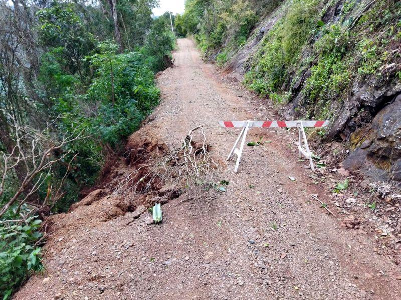 Foto de capa da notícia: Trecho da rua Otto Carlos Kich é interditado após deslizamento
