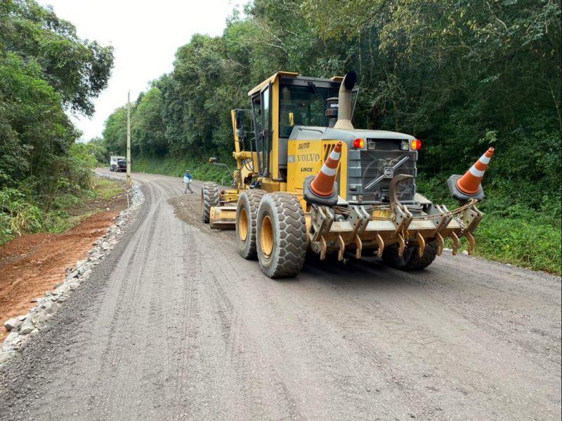 Foto de capa da notícia: Trecho da Av. Ninho das Águias começa a receber base para o asfalto