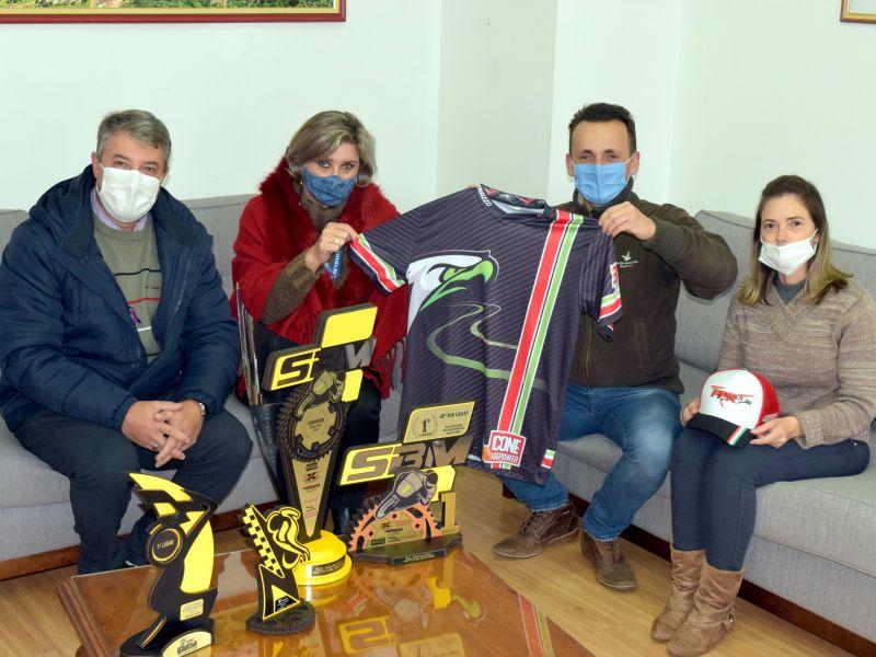 Foto de capa da notícia: Prefeito recebe piloto de Nova Petrópolis campeão de motovelocidade
