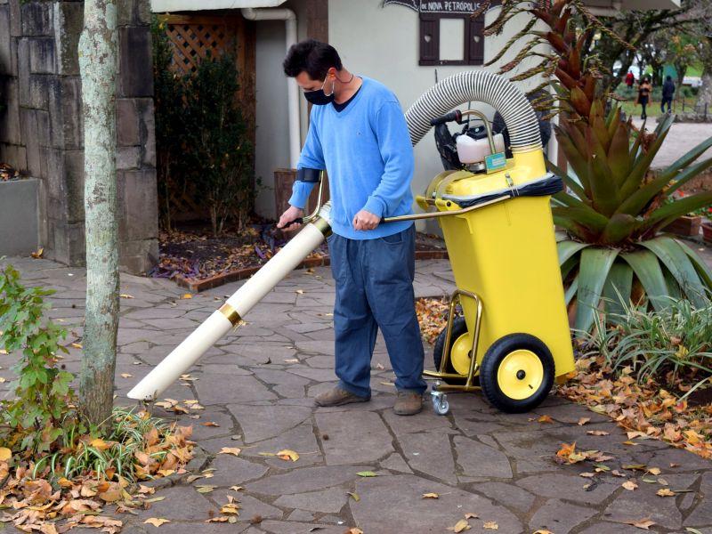 Foto de capa da notícia: Secretaria de Obras adquire máquina aspiradora de folhas
