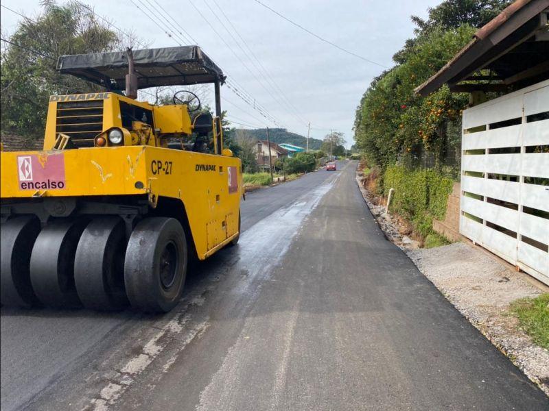 Foto de capa da notícia: Estrada Treze Colônias recebe os serviços finais do asfaltamento