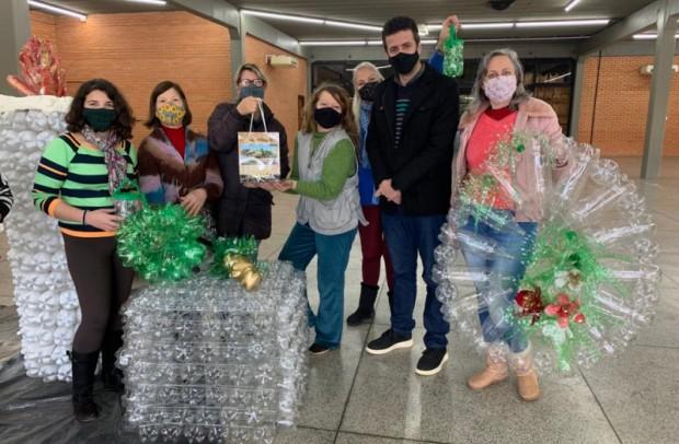 Foto de capa da notícia: Secretaria de Turismo promove curso de ornamentação com garrafas pet