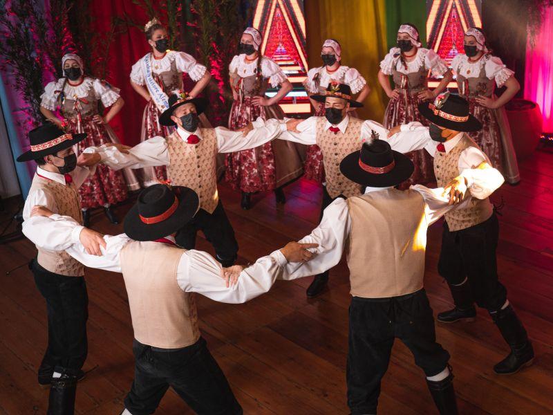Foto de capa da notícia: Lendas, oficinas, jogos germânicos, caminhada e muita dança nos últimos dias do 48º Festival Internacional de Folclore