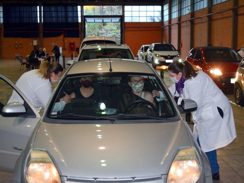 Foto de capa da notícia: Drive thru de vacinação atende 180 pessoas no Centro de Eventos