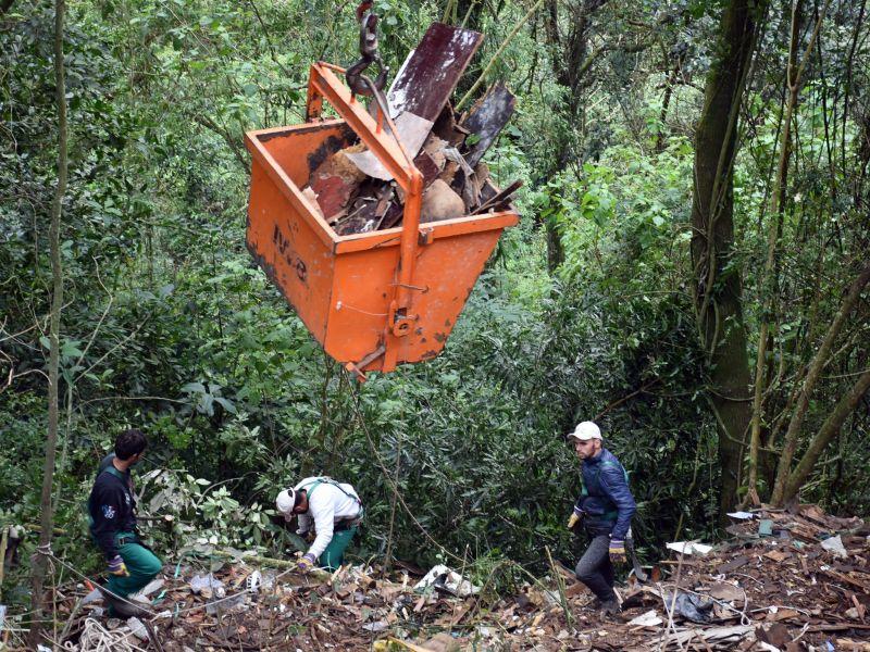 Foto de capa da notícia: Secretaria de Agricultura e Meio Ambiente recolhe entulho depositado ilegalmente na margem da BR-116
