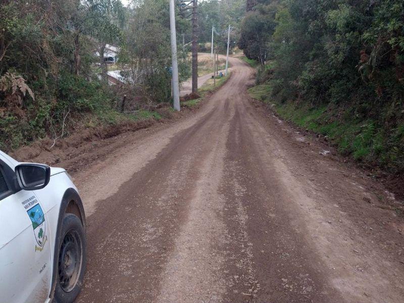 Foto de capa da notícia: Setor de Obras do Pinhal Alto realiza melhorias em estradas e acessos