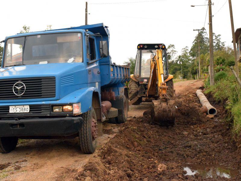 Foto de capa da notícia: Secretaria de Obras atua na recuperação da rua Mário Carlos Staudt, no Tirol