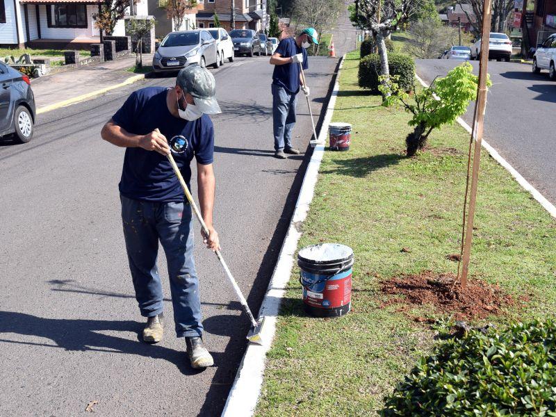 Foto de capa da notícia: Avenidas da área central recebem pintura de meios fios