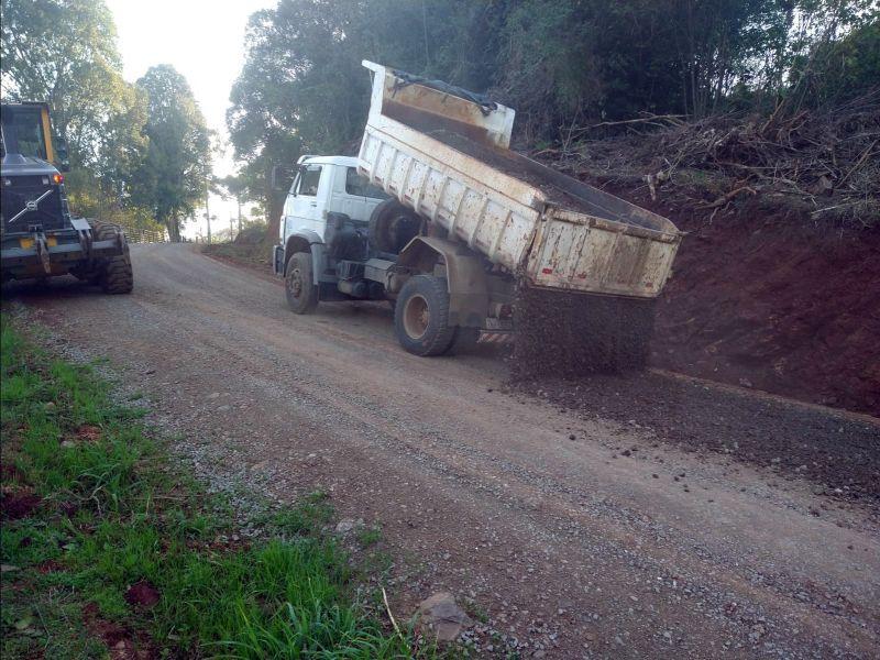Foto de capa da notícia: Setor de Obras do Pinhal Alto realiza a manutenção da Rua Theobaldo Schmitt