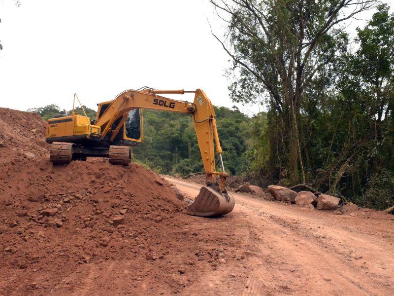 Foto de capa da notícia: Secretaria de Obras realiza preparativos para o asfaltamento do último trecho da Av. Ninho das Águias
