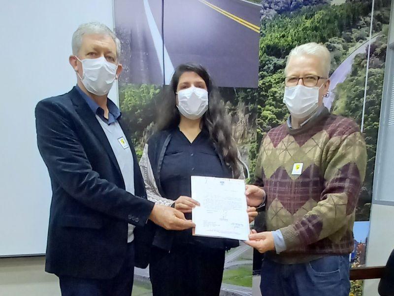 Foto de capa da notícia: Nova Petrópolis encaminha documentação para assumir a roçada da VRS-827, em Linha Temerária
