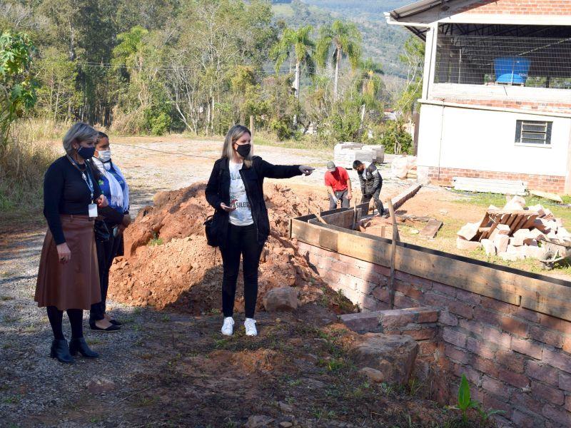 Foto de capa da notícia: Entorno da Escola Pedro Beck Filho recebe série de melhorias
