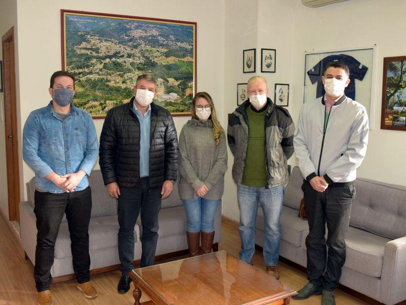 Foto de capa da notícia: Prefeito e vice recebem a nova médica plantonista do Hospital Nova Petrópolis