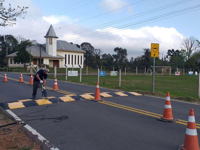 Foto de capa da notícia: Redutores de velocidade são instalados em Linha Olinda e no Bairro Piá