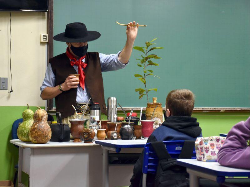 Foto de capa da notícia: Escolas de Nova Petrópolis recebem o escritor Gaudêncio Terra durante a Semana Farroupilha