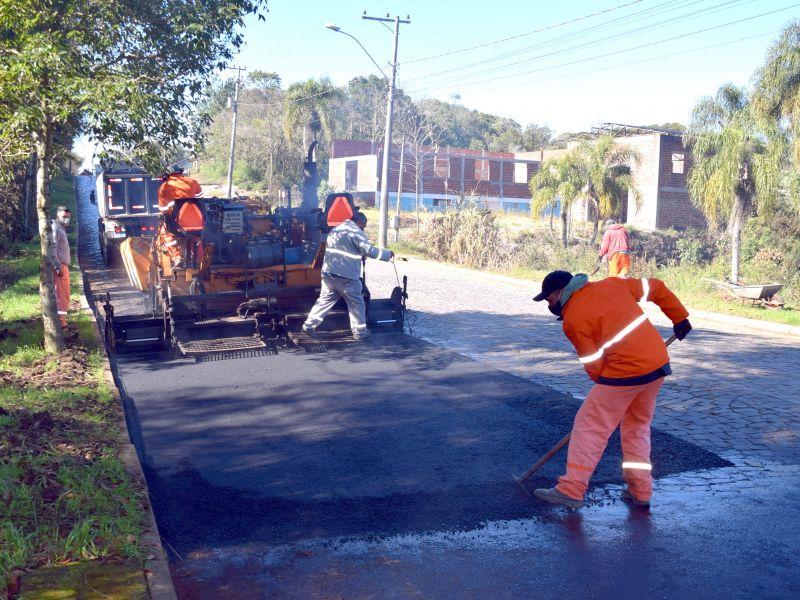 Foto de capa da notícia: Trecho da Av. Germânia recebe segunda camada de asfalto no dia 29 de setembro