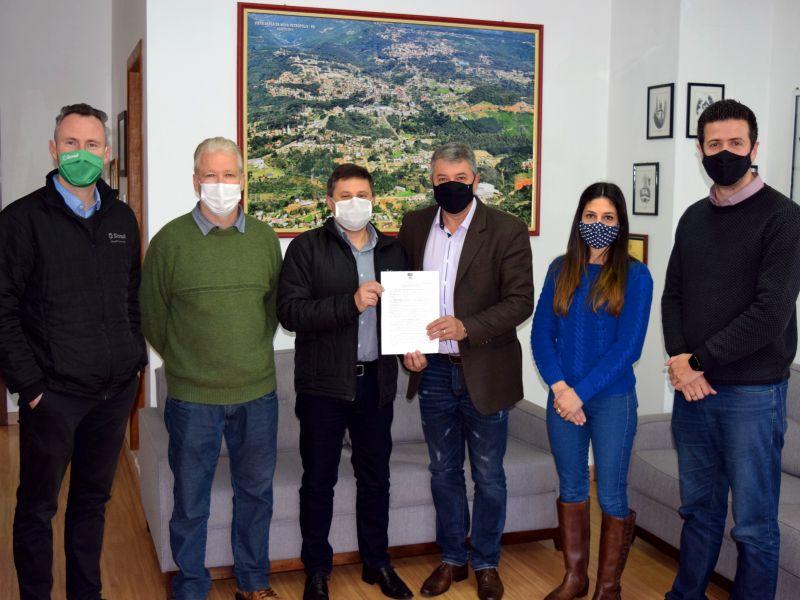 Foto de capa da notícia: Prefeitura e Sicredi assinam contrato de patrocínio para instalação de placas em dois roteiros turísticos