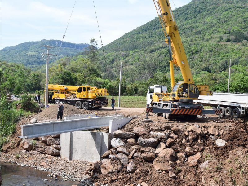 Foto de capa da notícia: Ponte de Linha Pirajá recebe longarinas e chapas pré-moldadas