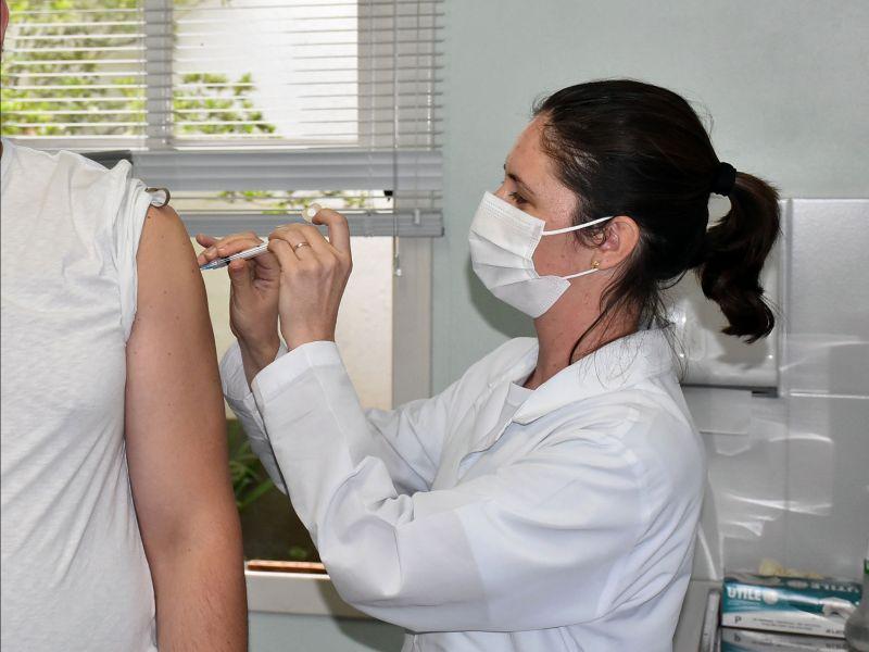 Foto de capa da notícia: Pessoas imunossuprimidas recebem a terceira dose da vacina contra a Covid-19