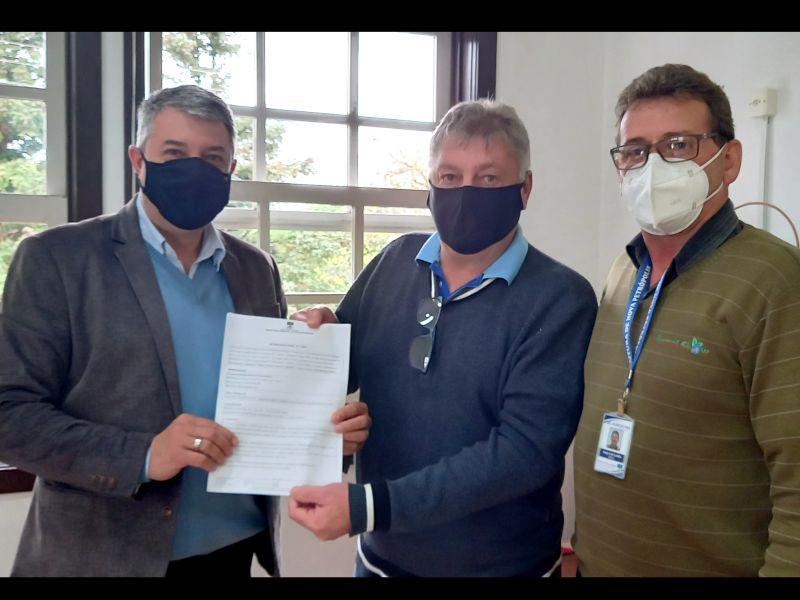 Foto de capa da notícia: Prefeitura de Nova Petrópolis entrega licença ambiental para o desassoreamento da Barragem Santa Isabel