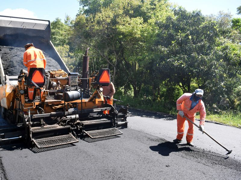 Foto de capa da notícia: Trecho da Av. Germânia recebe segunda camada de asfalto