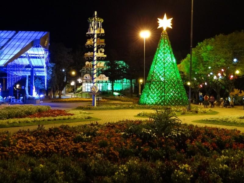 Foto de capa da notícia: Natal no Jardim da Serra Gaúcha enfeita Nova Petrópolis