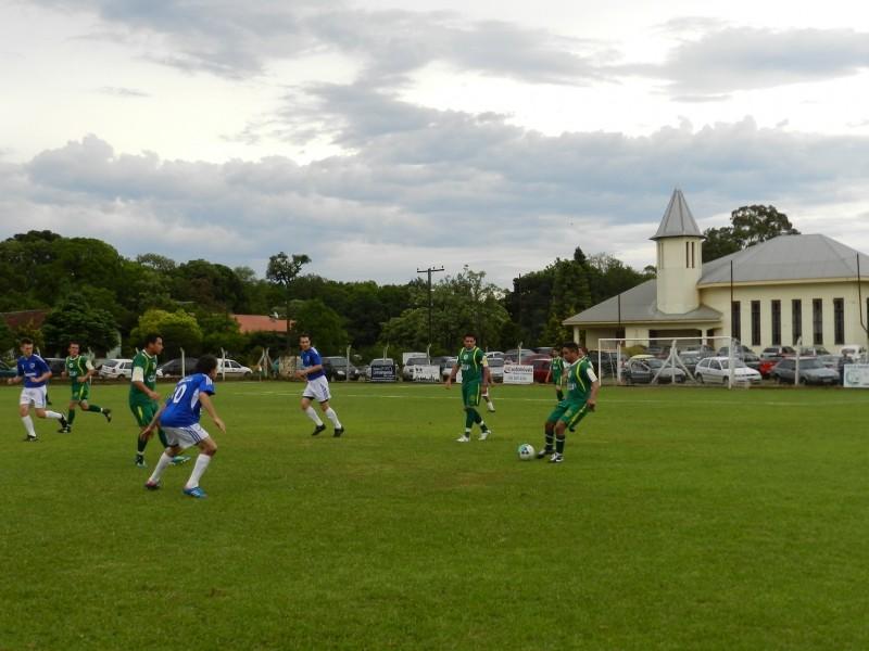 Foto de capa da notícia: E.C. Linha Olinda sai na frente nas semifinais do Futebol de Campo