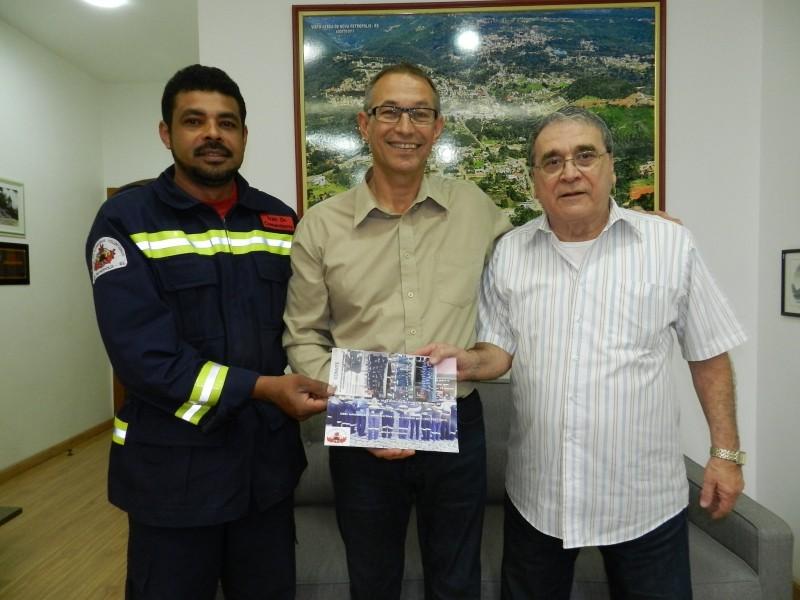 Foto de capa da notícia: Bombeiros convidam prefeito Lelo para aniversário da entidade