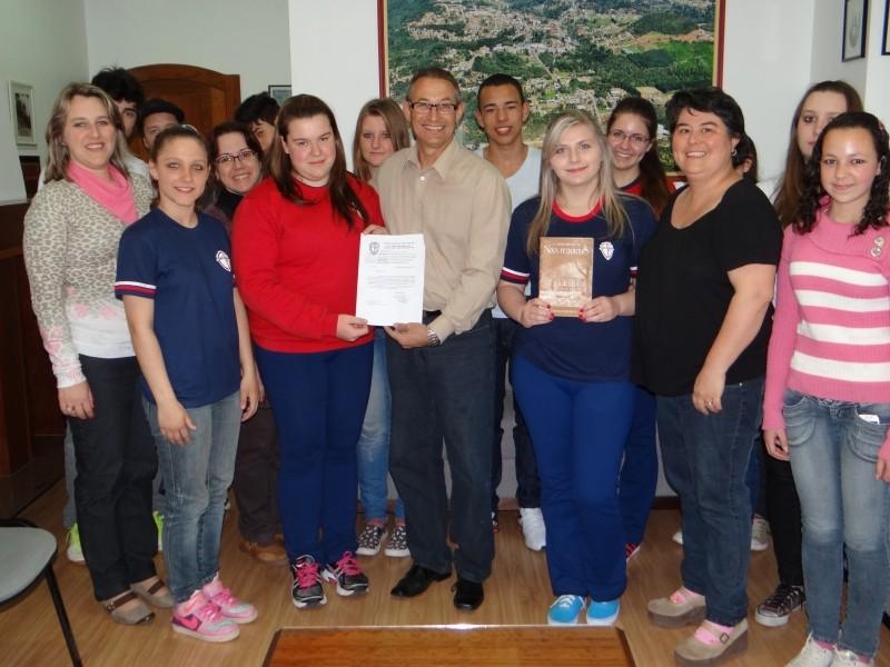 Foto de capa da notícia: Prefeito e secretária recebem alunos do Padre Werner