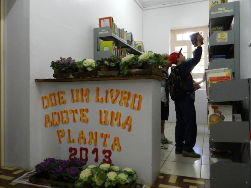 Foto de capa da notícia: Biblioteca Pública troca livros por plantas