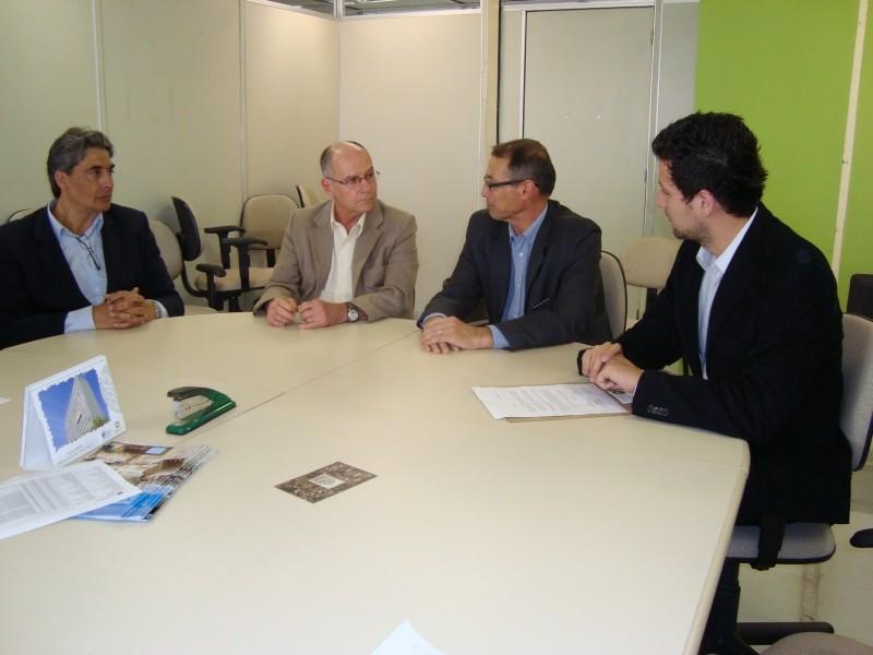 Foto de capa da notícia: Prefeito Régis Hahn visita Secretaria de Saneamento e Habitação