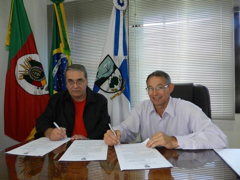 Foto de capa da notícia: Prefeitura Municipal assina convênio com Bombeiros