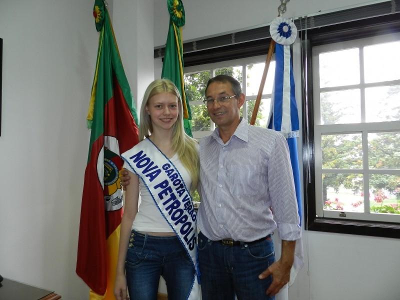 Foto de capa da notícia: Candidata Garota Verão de Nova Petrópolis visita prefeito municipal