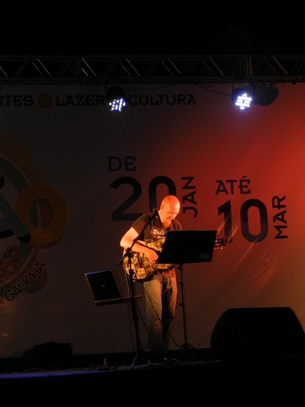 Foto de capa da notícia: Músico Gerson Müller fez a trilha sonora da noite de domingo na Praça das Flores